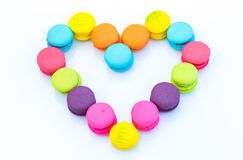 Reihe von den bunten macarons Herz-förmig Lizenzfreies Stockbild