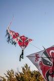 Reihe von den Drachen des chinesischen Papiers, die auf klaren blauen Himmel fliegen Lizenzfreie Stockbilder