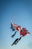 Reihe von den Drachen des chinesischen Papiers, die auf klaren blauen Himmel fliegen Stockfoto