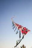 Reihe von den Drachen des chinesischen Papiers, die auf klaren blauen Himmel fliegen Stockbilder