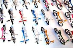 Reihe von den Fahrrad-Spielwaren hergestellt durch das Riemen-Verbiegen stockfotos