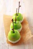 Reihe von den frischen grünen Äpfeln, die herein eingetaucht werden, besprüht Lizenzfreies Stockbild