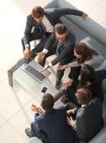Reihe von den Geschäftsleuten, die auf ein Interview warten Konzept über b stockfotos