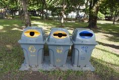 Reihe von den großen grünen Wheeliebehältern für Abfall, bereitend im Garten auf Lizenzfreies Stockbild