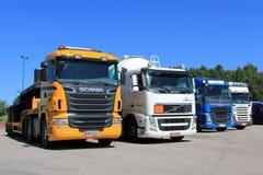 Reihe von den LKWs geparkt Stockbild