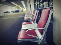 Reihe von den roten Stühlen installiert auf Teppichboden stockbild