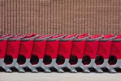 Reihe von Einkaufswagen Lizenzfreie Stockbilder