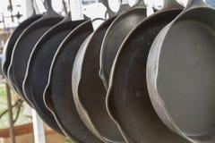 Reihe von Eisen-Bratpfannen Stockfoto