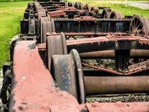 Reihe von Ersatzzug-Fahrgestellen im Zug-Yard Stockbilder