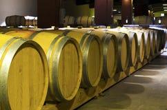 Reihe von Fässern mit Rotweinleck in einer bulgarischen Weinkellerei Selektiver Fokus Lizenzfreies Stockbild