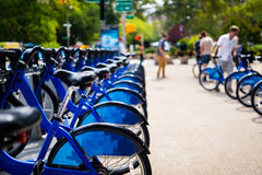 Reihe von Fahrrädern für Miete in der Stadt Lizenzfreie Stockfotos
