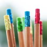 Reihe von Farbbleistiften auf grünem Hintergrund Kunst Lizenzfreies Stockfoto