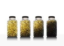 Reihe von Flaschen voll des Fischöls Omega 3 und des Vitamins D lizenzfreies stockfoto
