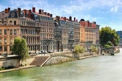 Reihe von Gebäuden auf Fluss Saone lizenzfreies stockfoto