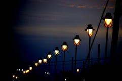 Reihe von gedämpften Lichtern nahe einem Strand in der Nacht lizenzfreie stockbilder