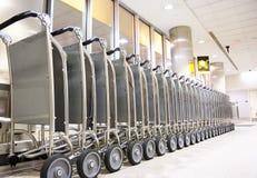 Reihe von Gepäckwagen stockfotografie