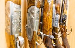 Reihe von Gewehren im Shop Lizenzfreies Stockbild