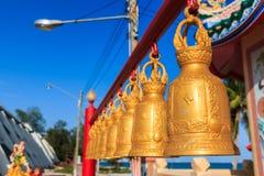 Reihe von Glocken am chinesischen Schrein Lizenzfreies Stockfoto