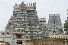 Reihe von Gopuram plus Rajagopuram im Hintergrund Stockbild