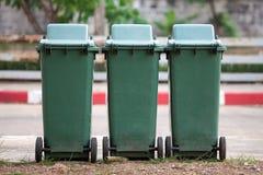 Reihe von grünen Wiederverwertungsbehältern in der städtischen Straße Lizenzfreies Stockfoto