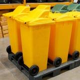 Reihe von großen gelben Wheeliebehältern für Abfall Stockbild