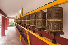 Reihe von gut-verwendeten Gebetsrädern, Himalaja-Nyinmapa-Buddhist Mona stockbild