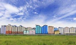 Reihe von Häusern und Wohnungen und Himmel Stockbilder