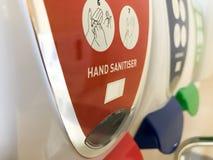 Reihe von Handdesinfizierern in einem Krankenhaus lizenzfreie stockfotos