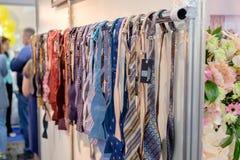 Reihe von Hochzeit Krawatten auf Aufhänger stockfotos