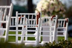 Reihe von Hochzeitsstühlen Lizenzfreie Stockfotos
