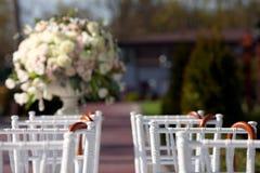 Reihe von Hochzeitsstühlen Lizenzfreie Stockbilder