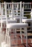Reihe von Hochzeitsstühlen Stockfoto