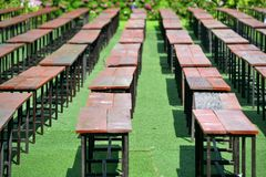 Reihe von Holzstühlen Stockfotografie