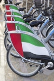 Reihe von identischen Fahrrädern für Miete an der Parade am Unabhängigkeitstag in UAE lizenzfreies stockbild