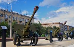 Reihe von Kanonen von Zeiten des zweiten Weltkriegs lizenzfreie stockfotos