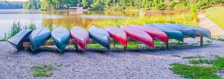 Reihe von Kanus am großen See stockfotografie