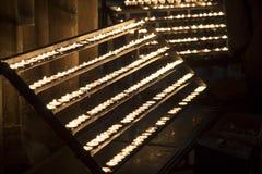Reihe von Kerzen in der Kirche Stockfoto