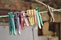 Reihe von Kleidungsstiften von einer Plastikschnur stockfotos