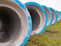 Reihe von konkreten Abwasserleitungen Stockbilder