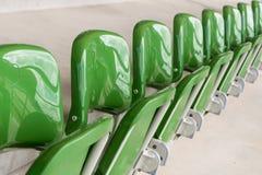Reihe von leeren Stühlen Stockfotografie