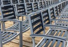 Reihe von leeren Stühlen Stockbild