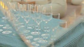 Reihe von leeren Weingläsern auf einer Tabelle mit Snäcken auf Bankett stock video