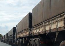 Reihe von LKWs mit Last lizenzfreie stockbilder