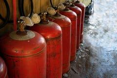 Reihe von LPG-Flaschen stockfotos