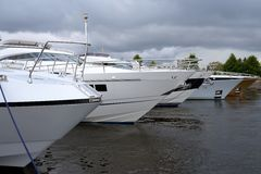 Reihe von Luxus yachts Liegeplatz im Hafen Stockfoto