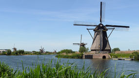 Reihe von Mühlen in Kinderdijk, die Niederlande lizenzfreie stockfotografie
