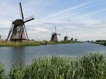 Reihe von Mühlen in Kinderdijk, die Niederlande stockfotos
