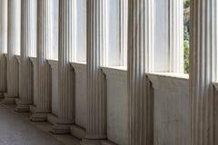 Reihe von Marmorsäulen eines Gebäudes stockbilder