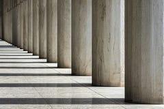 Reihe von Marmorsäulen eines Gebäudes stockfotografie
