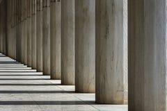 Reihe von Marmorsäulen eines Gebäudes lizenzfreies stockbild